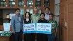 지역의 고등학생과 대학생에게 각각 100만원과 200만원의 장학금을 전달하고 기념.jpg